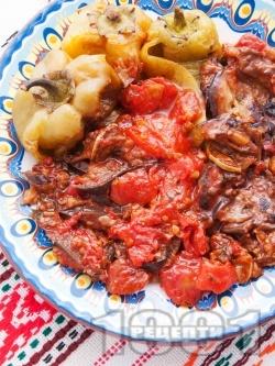 Пържени зеленчуци - патладжани (сини домати), тиквички, зелечни чушки (пиперки) с доматен сос на тиган - снимка на рецептата